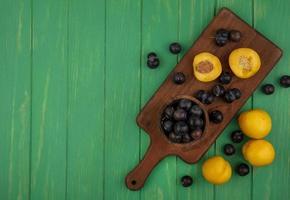 sortierte Frucht auf grünem Hintergrund mit Kopienraum