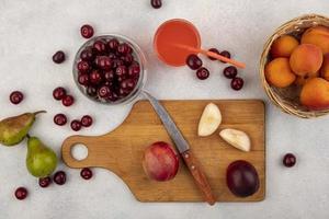 Lebensmittelfotografie flache Lage von frischem Obst auf neutralem Hintergrund
