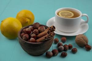 Tee mit Nüssen und Früchten auf blauem Hintergrund