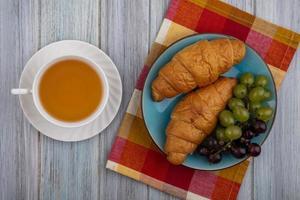 verschiedene Früchte und Brot mit Tee