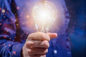 kreatives Ideenkonzept mit Glühbirne