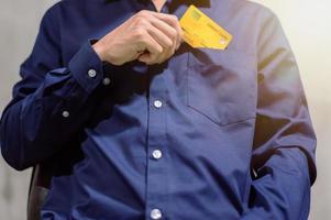 Geschäftsmann mit Kreditkarte foto