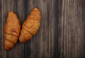 Croissants auf hölzernem Hintergrund mit Kopienraum