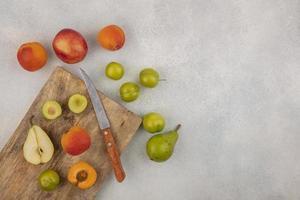 verschiedene Früchte auf neutralem Hintergrund mit Kopierraum foto