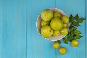 sortierte Frucht auf blauem Hintergrund mit Kopienraum foto
