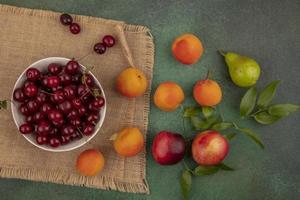 sortierte Frucht auf stilisiertem Herbsthintergrund