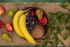 Draufsicht von Früchten in einem Korb auf Sackleinenhintergrund