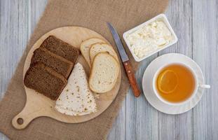 Tee mit Brot und Käse, flach liegen