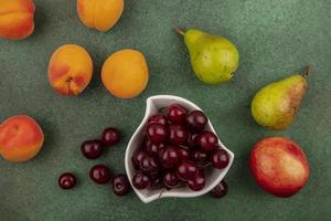 verschiedene Früchte auf grünem Hintergrund