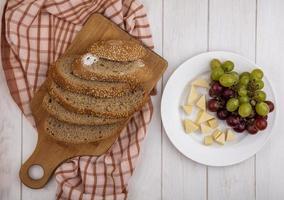 verschiedene Früchte und Brot auf mitten im Herbst Hintergrund