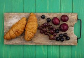 verschiedene Früchte und Croissants im Mittherbst foto