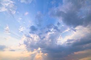 Himmel und Wolken im Abendlicht