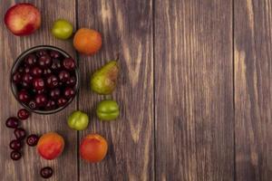 verschiedene Früchte auf hölzernem Hintergrund