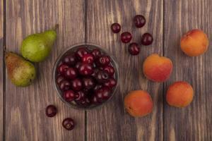 verschiedene Früchte auf hölzernem Hintergrund foto