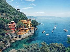 portofino, italien, 2020 - Luftaufnahme von Häusern in der Nähe des Meeres während des Tages