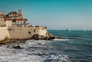 Antibes, Frankreich, 2020 - Haus auf einer Klippe in der Nähe des Ozeans foto