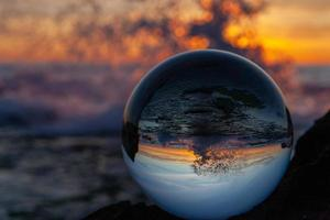 Blick auf spritzende Wellen in Glaskugel foto