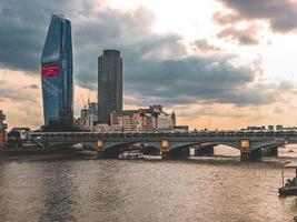 London, England, 20200 - Blick auf eine Brücke in London bei Sonnenuntergang foto