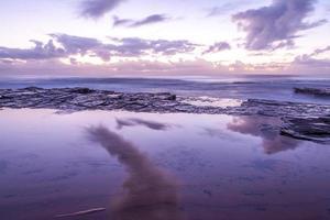 Langzeitbelichtung eines lila und rosa Sonnenuntergangs