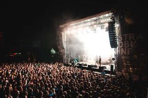 schwabmunchen, deutschland, 2020 - abend rockkonzert im freien