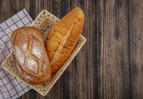 sortiertes Brot auf hölzernem Hintergrund mit Kopienraum foto