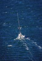 Sydney, Australien, 2020 - Yacht segelt in einem Gewässer