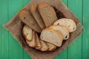 sortiertes Brot im Sack auf grünem Hintergrund foto