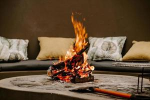 Feuer brennt in der Feuerstelle mit einer Axt