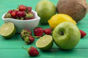 frisches Obst lokalisiert auf einem grünen Hintergrund foto