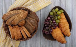 geschnittenes Brot und Obst auf hölzernem Hintergrund foto