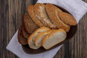 Brot in einer Schüssel auf hölzernem Hintergrund