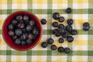 dunkle Beeren auf Tischdeckenhintergrund