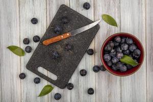 dunkle Beeren sortiert auf einem hölzernen Hintergrund