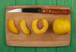geschnittene Aprikosen auf grünem Hintergrund