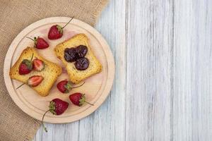 Toast und Obst auf hölzernem Hintergrund mit Kopienraum
