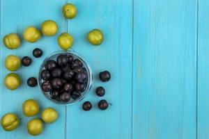 Beeren auf blauem Hintergrund mit Kopienraum