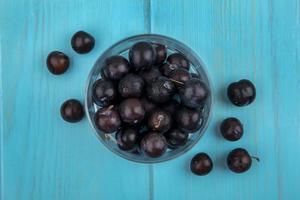 dunkle Beeren auf blauem Hintergrund
