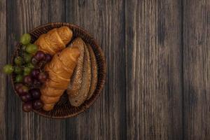 Brot und Obst auf einem hölzernen Hintergrund mit Kopienraum