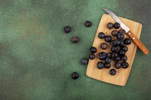 dunkle Beeren sortiert auf einem grünen Hintergrund
