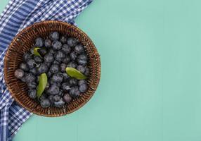 Beeren in einem Korb auf blauem Hintergrund mit Kopienraum