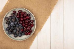 frische Beeren auf einem weißen Hintergrund mit Kopienraum