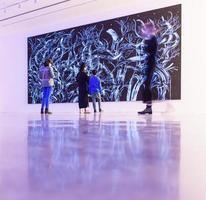 Sydney, Australien, 2020 - Menschen, die ein großes abstraktes Gemälde betrachten