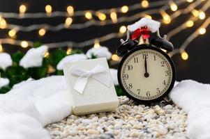 Weihnachtshintergrund mit Geschenkbox und Uhr