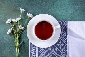 Draufsicht auf eine Tasse Tee