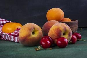 Vorderansicht von Pfirsichen mit Kirschen und Aprikosen