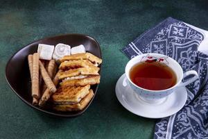 Seitenansicht von Waffeln und Tee