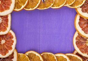Draufsicht auf einen Rahmen aus getrockneten Orangenscheiben