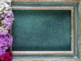 Draufsicht des grüngoldenen Rahmens mit Blumen foto