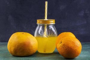 Vorderansicht von Orangen mit Orangensaft