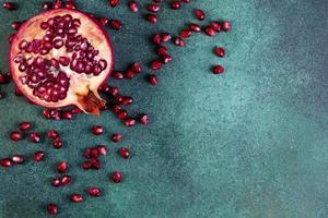 Draufsicht des Granatapfels auf einem grünen Hintergrund